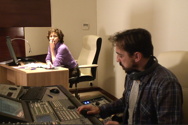 Ingénieur du son et directrice artistique pendant séance d'enregistrement de doublage voix off