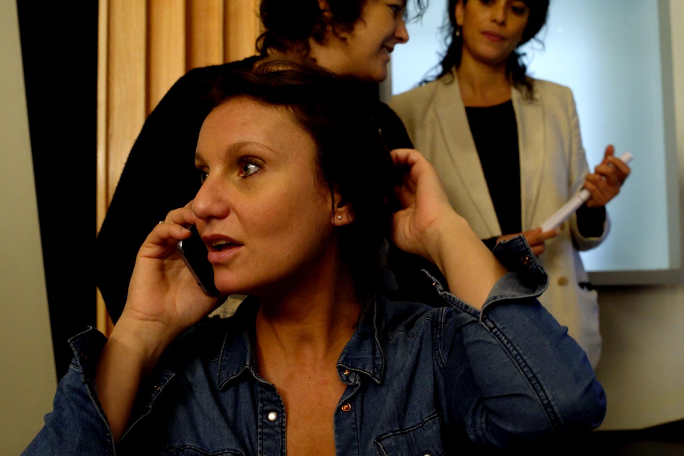 Directrice artistique au téléphone pendant enregistrement de séance voix de doublage